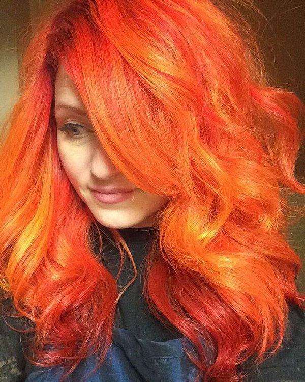 Neon Orange Haarfarbe für Wellige haare