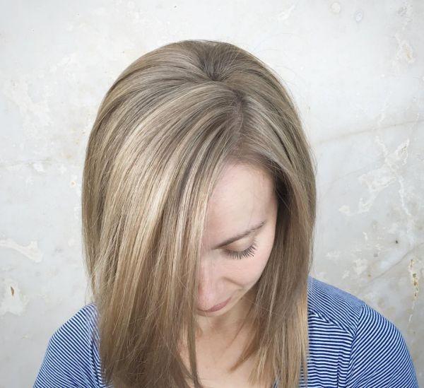 Dunkelblond mit hellen strähnen
