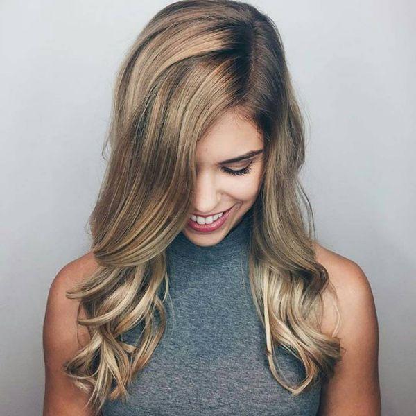 Blonde Haare mit dunklen strähnen