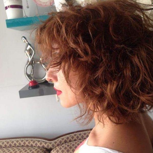 Locken mittellange haare mit rote haarfarben