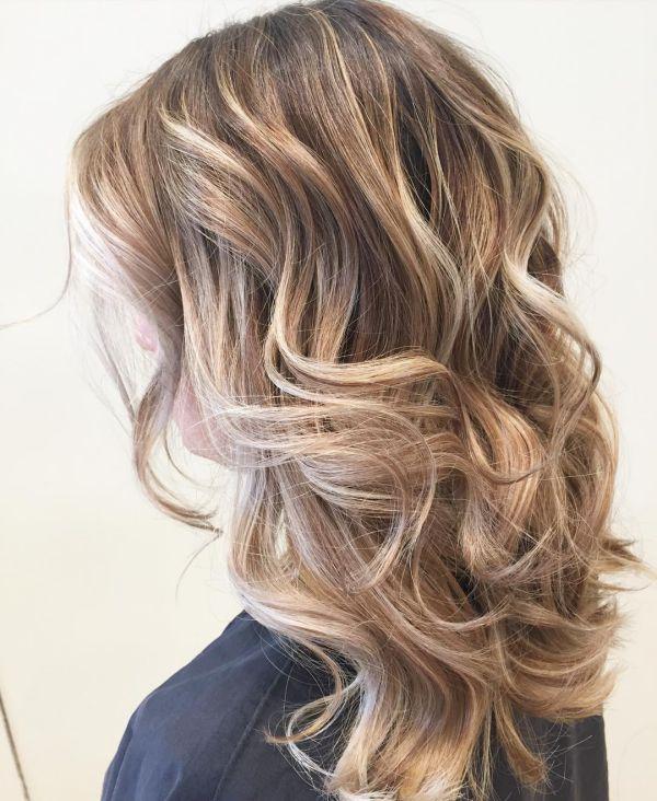 Blonde Haare mit Karamell Strähnen