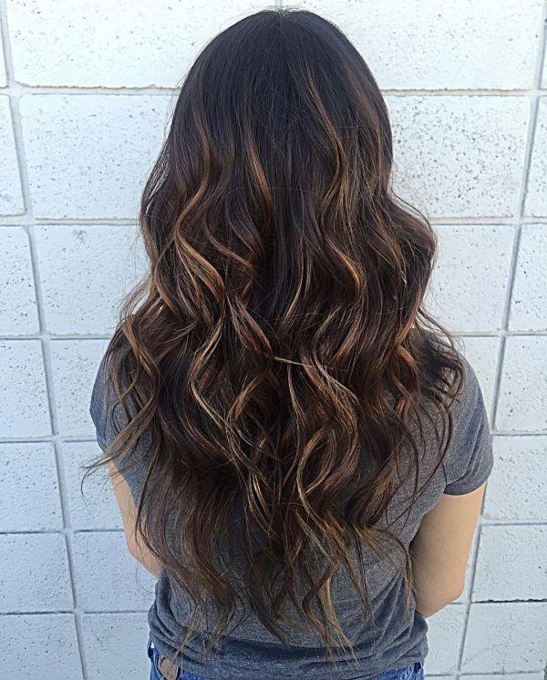 Dunkelbraune Haare mit Karamell Strähnen