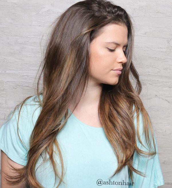 Braune Haare mit Karamell Strähnen