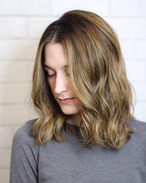 Mittel lange haare mit blonden Strähnen