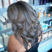Braune Haare mit grauen strähnen