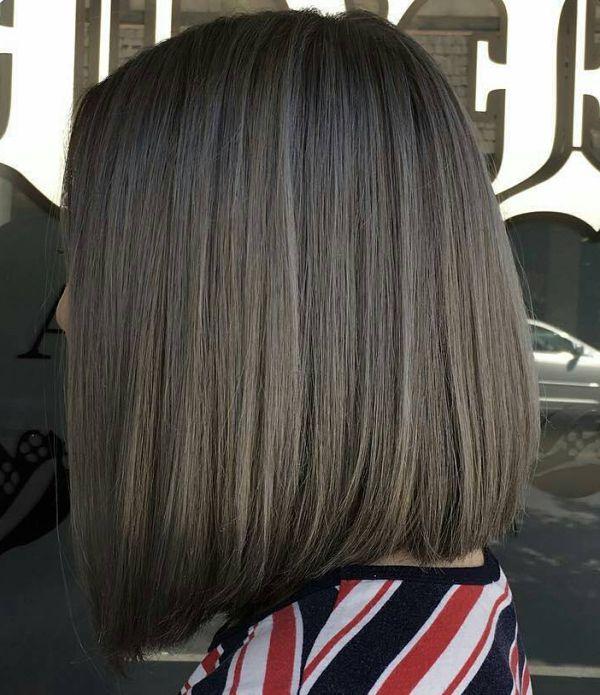 Dunkle Haare mit grauen strähnen