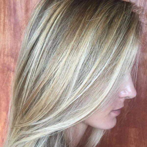 Blond mit hellen Strähnchen