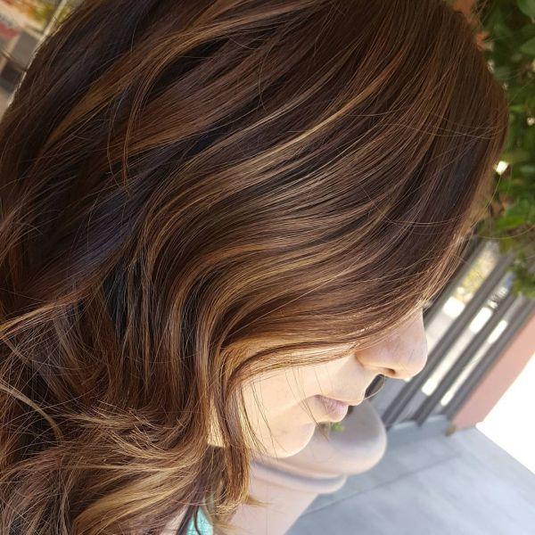 Braune Haare mit hellen strähnen