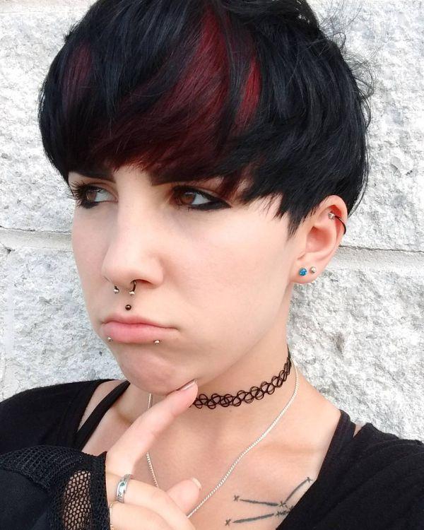 Brauner pixie cut mit rote strähnen
