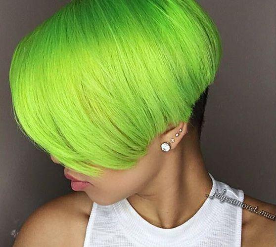 Grüne kurzhaarschnitt mit dickes haar