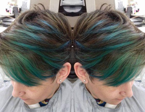 Kurze haare – blaue haarkreide