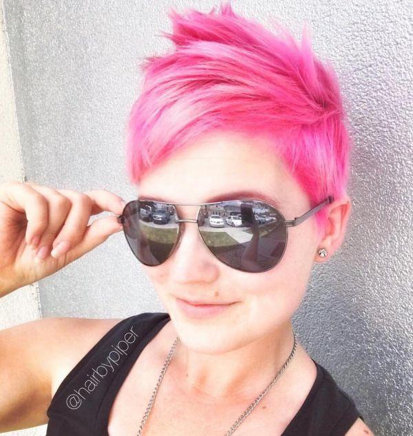 Pink Pixie Cut mit Brille