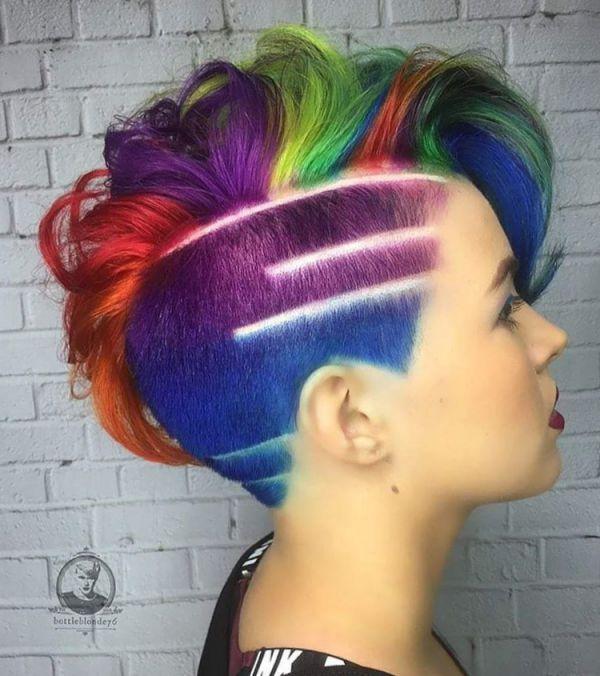 Bunte Mohawk Frisur Damen nur die Seite kurz rasiert