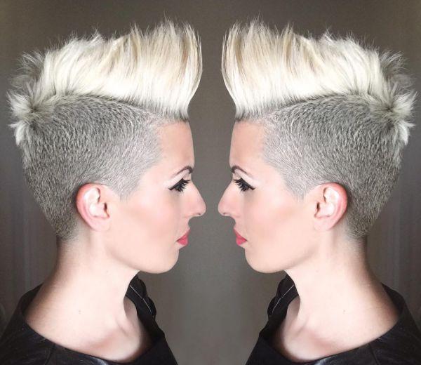 Blonde Mohawk Frisur Damen nur die Seite kurz rasiert