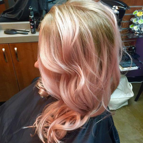 Blonde Haarfarben mit Rose Gold Strähnchen