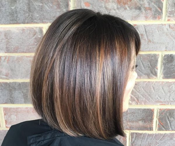 Schokobraune und dunkelbraune Haarfarbe mit strähnen