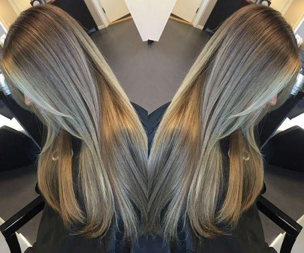 Dunkelblonde Haare mit blonden Strähnen