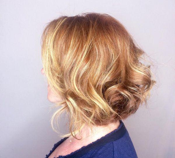 Rote Haare mit blonden Strähnen