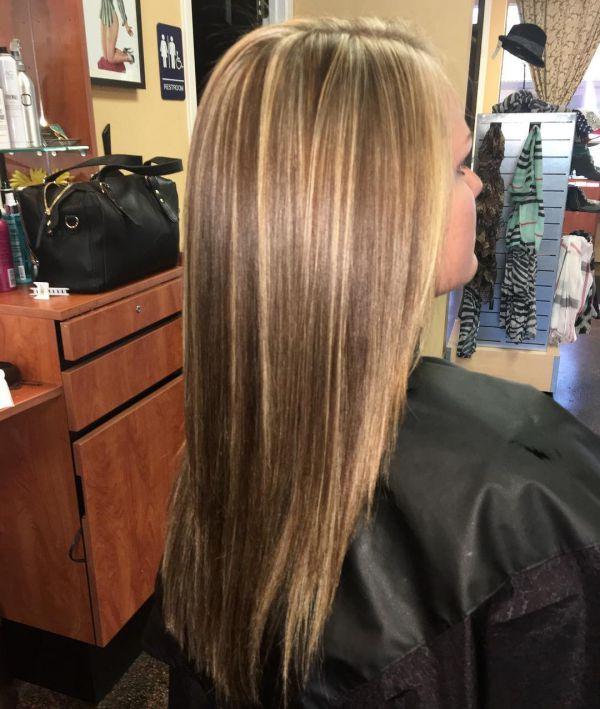 Braune Haare mit blonden Strähnen