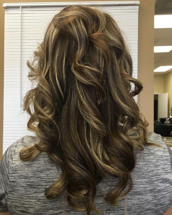 Dunkelbraune Haare mit blonden Strähnen