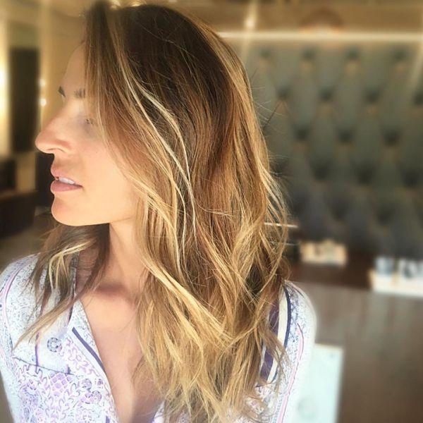 Karamell Haare mit blonden Strähnen