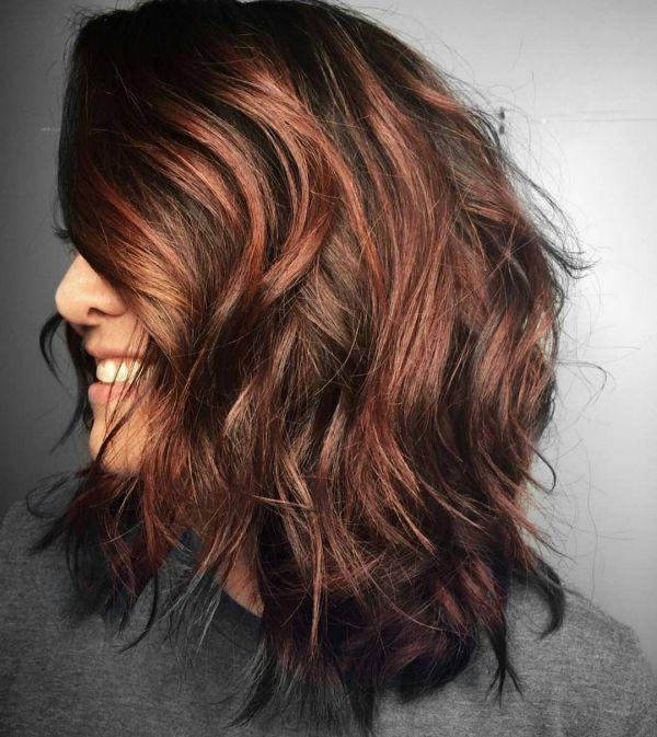 Dunkelbraune Haare mit roten Strähnen